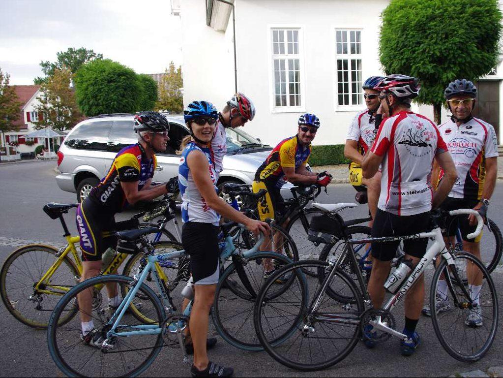 Rennradgruppe am Saalplatz beim Radtreff